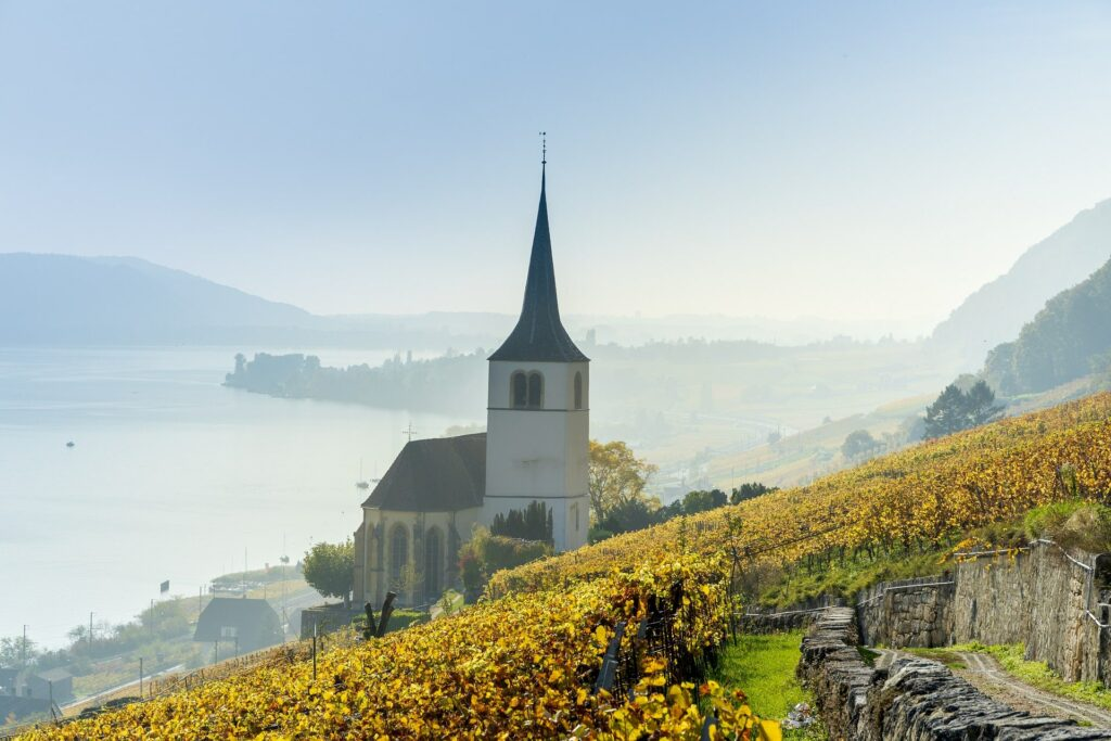 Paisaje de campo, con una iglesia de fondo en Suiza
